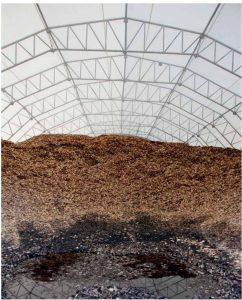 Lagring av flis: De tre siste årene har Allskog levert flisa på båt fra Trøndelag. I dag lagres trønderflisa i plasthaller, så den ikke skal fryse fast når den får regnvann i seg. Størrelse og form er viktig for at flisa skal gi den rette luftingen i blandingen. Til Finnfjord.