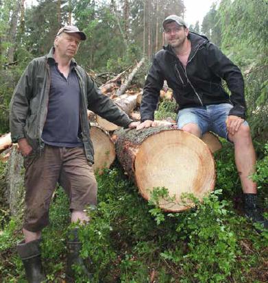 Skogeier Hans Aamodt (tv) og Skogbrukssjef i Drammen Oskar Næss (t.h)