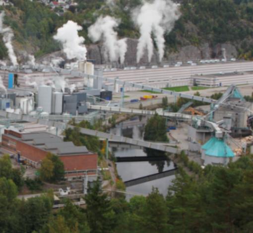 STOR OG TRADISJONSRIK: Fabrikken ved Tista i Halden ruver godt i landskapet og har en lang historie. Her har det vært produsert tremasse siden 1888 og papir siden 1915.