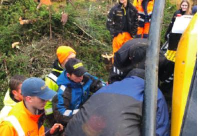 SKOGLINJA: Full aktivitet i praktisk skogbruksfag på VG2 i Mosjøen. Disse er det bruk for i en næring som skal levere tømmer til industrien i Nordland til både sponplater og til grønnere silisiumproduskjon. I tillegg har fylket fått tømmerkaier for 100 millioner kroner, skriver artikkelforfatter, Ole Bakke.