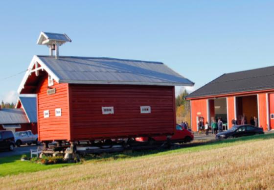 GAMMELT OG NYTT: Tre har tradisjonelt vært byggematerialet på gårder. Det bør det fortsatt være, mente arrangørene av fagdagen. Foto Astri Kløvstad