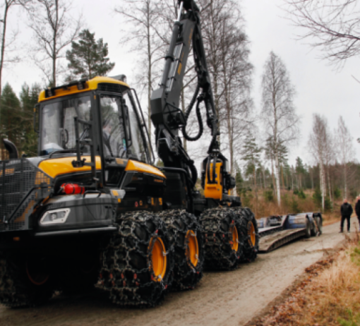 PÅ NORSK JORD: Første norskeide Ponsse Cobra skal avløse en godt brukt Ponsse Ergo og setter her hjulene på norsk skogbilvei for første gang.Foto Astri Kløvstad